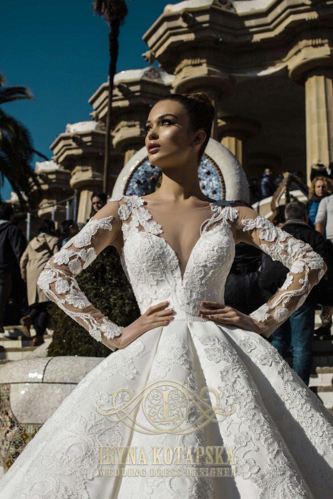 Karališka vestuvinė suknelė dekoruota įmantriu gipiūro ornamentu