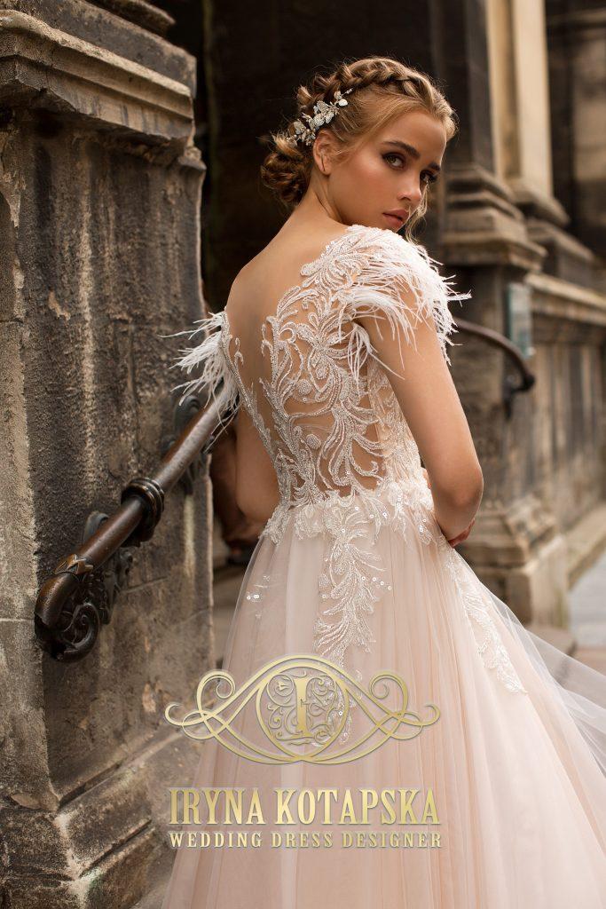 Vestuvinė suknelė puošta puriomis plunksnomis