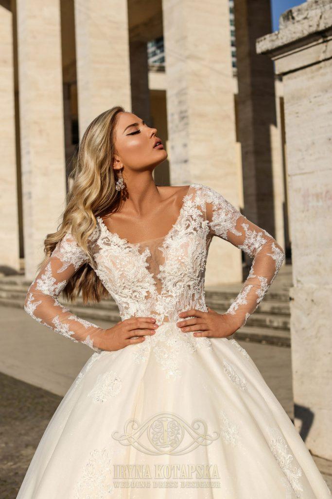 Pieno baltumo, igomis rankovėmis įspūdinga vestuvinė suknelė